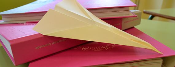 Avión de papel sobre carpetas