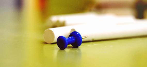 Chincheta azul sobre tizas blancas